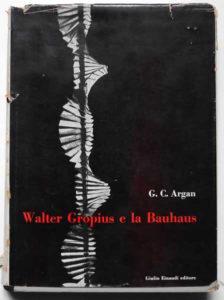 Fig. 1: Copertina della prima edizione del volume di Giulio Carlo Argan: Walter Gropius e la Bauhaus, Torino: Einaudi 1951